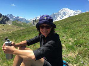 Cecilia sitter på bergstoppen