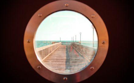 Runt fönster mot board walk