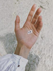 En hand med en prislapp i