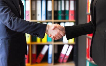 Ett handslag mellan två personer i närbild