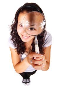 En tjej med förstoringsglas